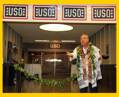 Kahu Silva Performs Blessing for USO Hawaii